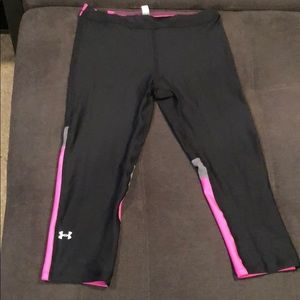 Size M pink and black Under Armor crop leggings